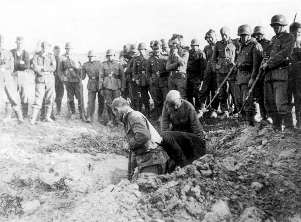 Советские военнопленные роют себе